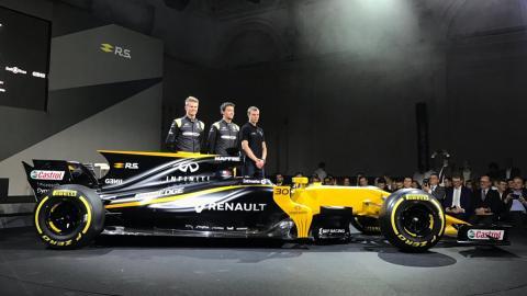 El nuevo Renault RS17 junto a Nico Hulkenberg y Jolyon Palmer