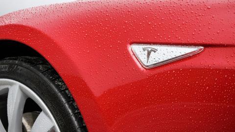 Tesla arreglará gratis el coche de un héroe de la Autobahn