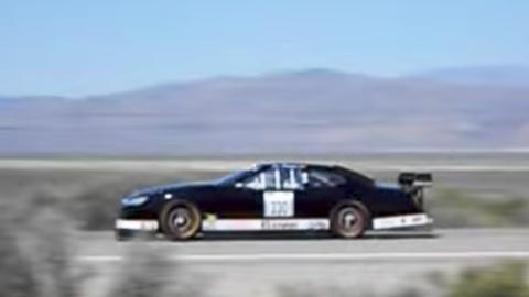 Un coche de NASCAR a 390 km/h en una carretera secundaria