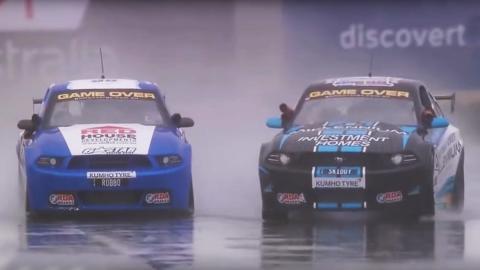 Dos Mustang en miniatura bailando bajo la lluvia
