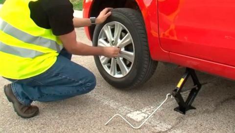 Arreglar pinchazo en carretera