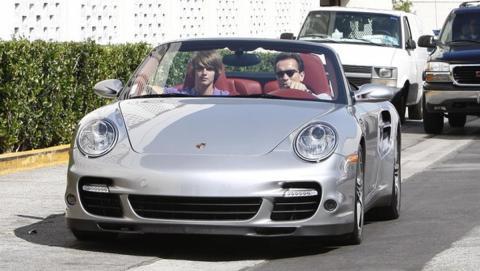Arnold y su hijo en un Porshce 911 Turbo Cabrio por Beverly Hills