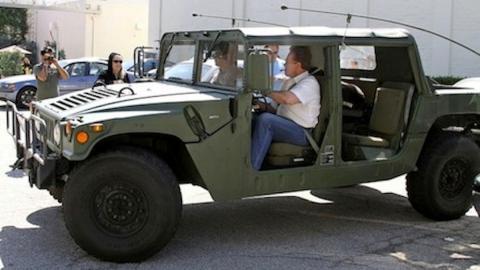 Arnold y uno de sus Hummer