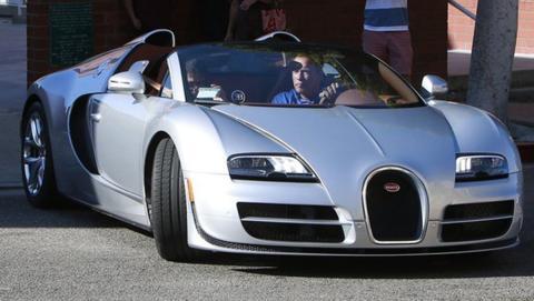 Arnold al volante de su Bugatti Veyron