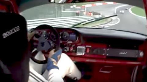 Un 911 de 1965 subiendo de lado Eau Rouge