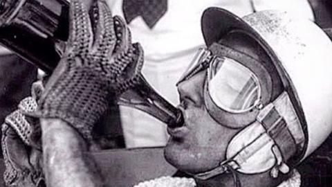 Fangio bebiendo champán