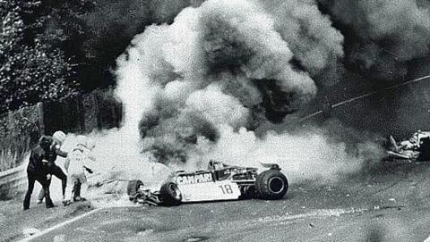 Instantes después del brutal accidente de Lauda en Alemania 1976