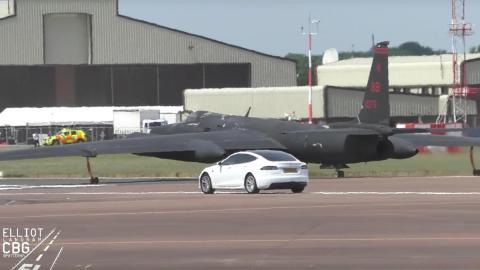 Tesla Model S con el Lockheed U-2 avion espía