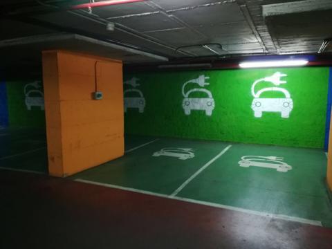 Punto de carga con varias plazas para cargar un coche eléctrico