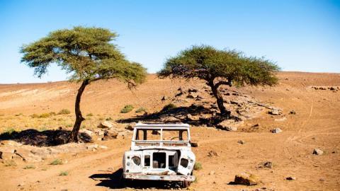 Coche abandonado en el Sáhara