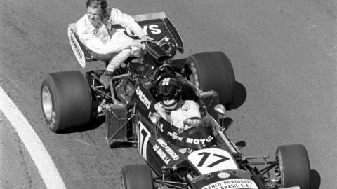 Jose Carlos Pace transporta a Ronnie Peterson en Francia 1972
