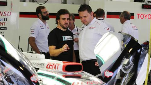 Alonso en el box de Toyota en Baréin