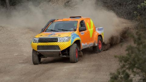 Calleja dándolo todo con su coche del Dakar 2018