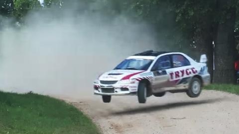 Un Lancer haciendo drifting en el aire