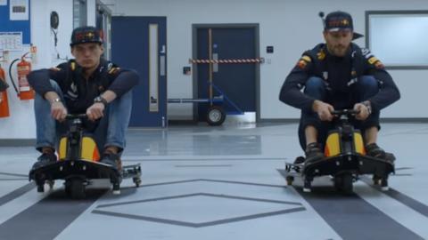 La loca carrera de Ricciardo y Verstappen