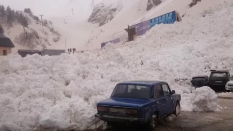 Alud engulle coches en Rusia