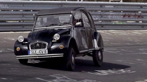 Un 2CV dándolo todo en Nürburgring
