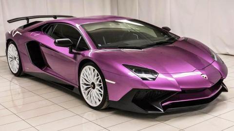 Lamborghini Aventador violeta
