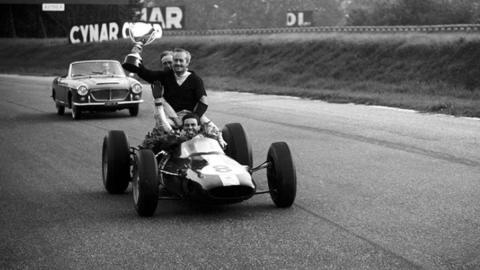 Lotus 25 con Chapman y Clark