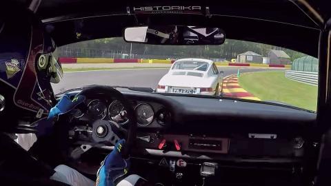 Un Porsche 911 clásico clavando la pole en Spa