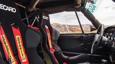 Cockpit del Porsche 959 del Rally París Dakar 1985