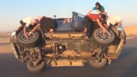 Cambiar dos neumáticos en marcha y a dos ruedas
