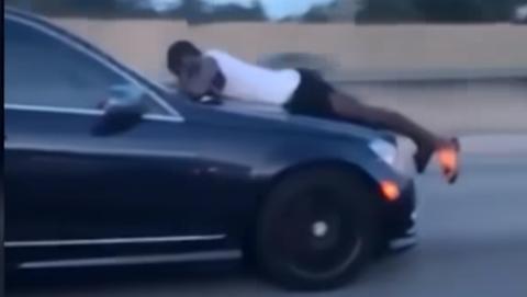 Hombre capó del coche autopista Florida