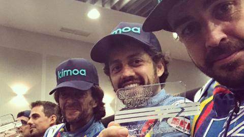 Alonso con el trofeo de las 6 Horas de Karting en Asturias