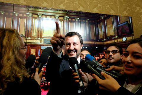 El vicepresidente italiano, Matteo Salvini, de la Liga Norte, responde a la prensa