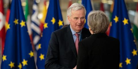 El jefe negociador de la UE para el Brexit, junto a Theresa May. [RE]