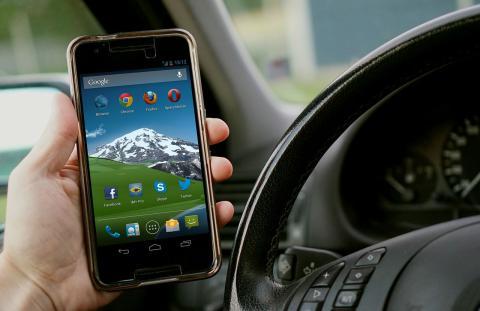 Usar el móvil al volante restará 6 puntos a los conductores