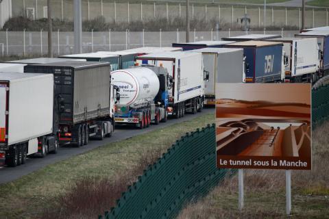 Camiones hacen cola en el Canal de la Mancha ante el aumento de controles en Reino Unido