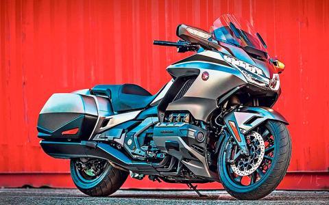 moto touring lujo