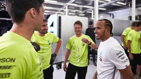 Hamilton y los mecánicos del equipo Mercedes