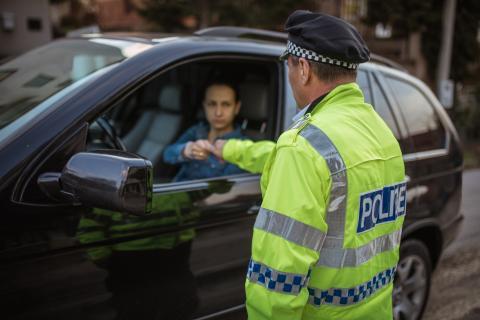 Policía con conductor