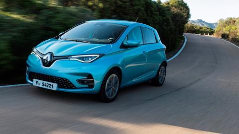 coche electrico utilitario azul carga