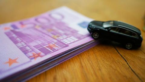 Dinero para comprar coche nuevo España