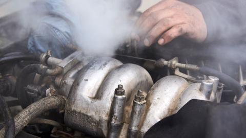 consejos-que-hacer-si-el-motor-se-sobrecalienta_7_motor-con-humo