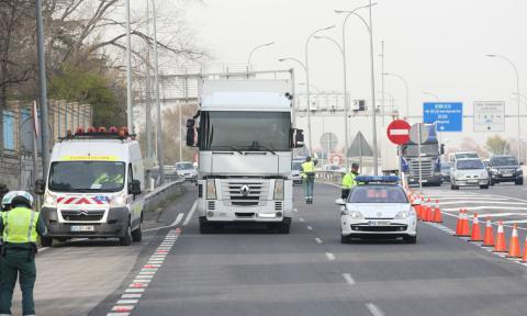 La Guardia Civil ha parado en Granada a un camionero que transportaba casi 1.000 kg de hachís y un millón de euros en metálico.