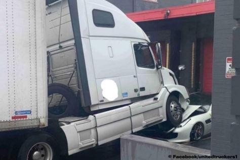 Un camionero enfurecido aplasta el Ferrari GTC4 Lusso de su jefe