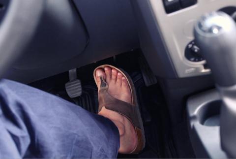 Conducir con chanclas