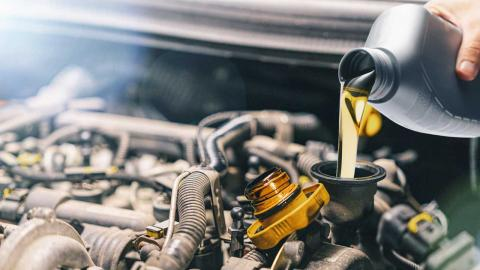 que-pasa-coche-sin-aceite_echando-aceite