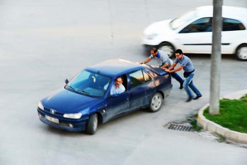 ¿Por qué no debes arrancar un coche empujándolo cuesta abajo?