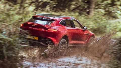 Aston Martin DBX 2021 en campo
