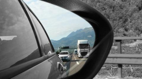 La DGT recuerda cómo debes colocar los espejos retrovisores
