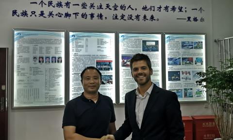 El equipo 'Green Moon Project' en la firma con la autoridad de Exploración Espacial de China