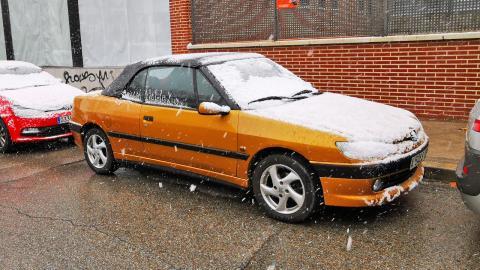 Hielo y nieve en el parabrisas de un Peugeot 306 Cabriolet