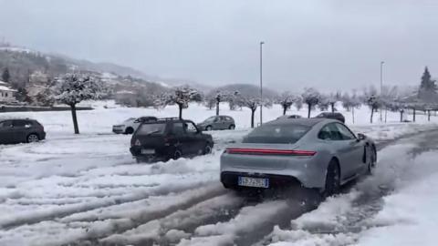 Porsche Taycan vs Fiat Panda 4x4