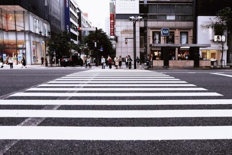 La DGT advierte sobre cómo cruzar un paso de peatones sin peligro