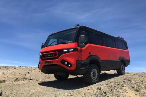 Autobus Torsus Praetorian rojo en el desierto
